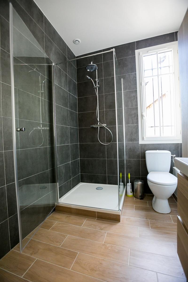 Salle de bain ton foncé
