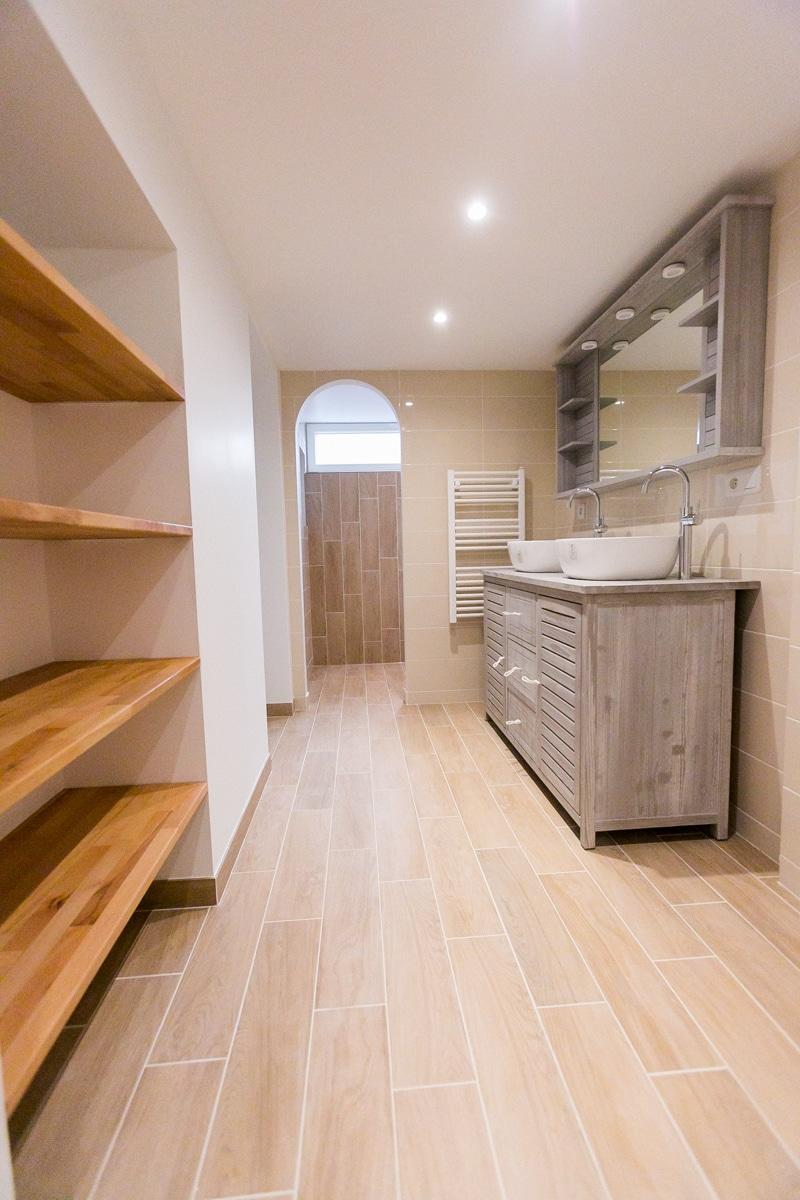 Salle de bain parentale ton beige imitation de parquet